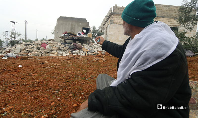 رجل يناشد الله بعد قصف منزله في بلدة كفر تعال بريف حلب الغربي - 20 من كانون الثاني 2020 (عنب بلدي)