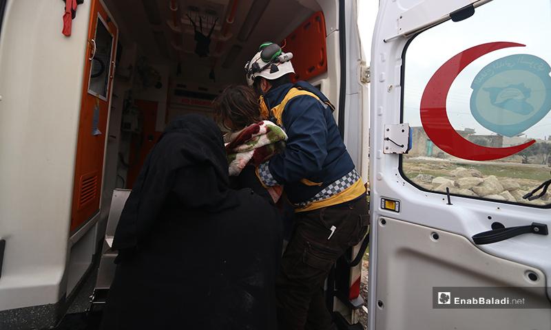 الدفاع المدني يسعف الأطفال والعائلة التي تعرضت للقصف في بلدة كفرتعال بريف حلب الغربي - 20 من كانون الثاني 2020 (عنب بلدي)