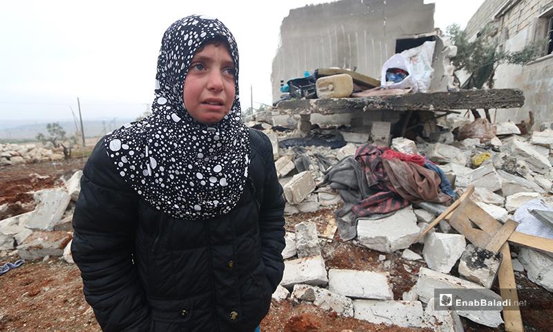 طفلة تبكي أمام منزلها بعد قصفه في بلدة كفر تعال بريف حلب الغربي - 20 من كانون الثاني 2020 (عنب بلدي)