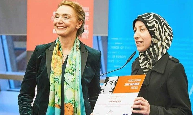 """تكريم الطبيبة السورية أماني بلور في المجلس الأوروبي، كانون الثاني 2020، صفحتها على """"فيس بوك"""""""