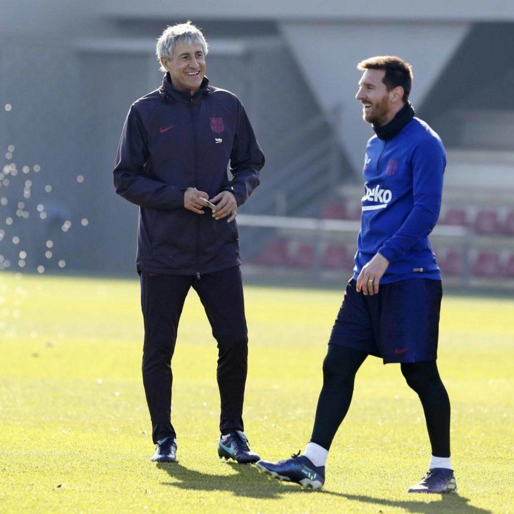 مدرب برشلونة الحالي كيكي سيتين مع النجم ليونيل ميسي (الحساب الرسمي لبرشلونة في تويتر)