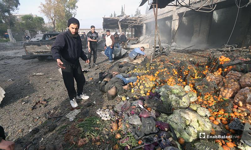 ضحايا خلال استهداف سوق الهال في مدينة إدلب - 15 من كانون الثاني 2020 (عنب بلدي)