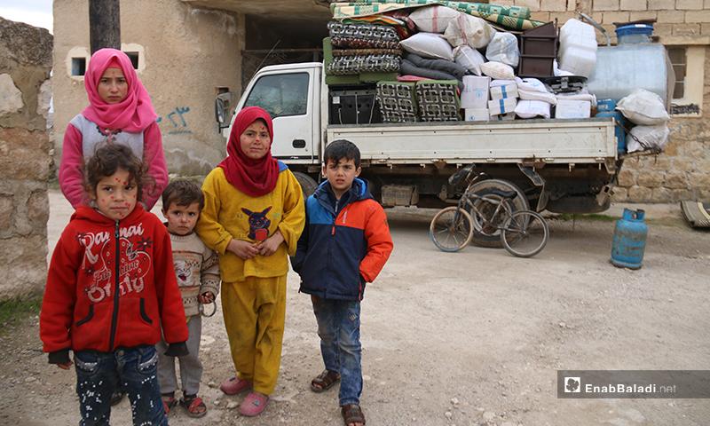 أطفال نازحون من ريف ادلب الجنوبي الى ريف حلب ومن جديد يتجهزون للنزوح هربًا من القصف - 16 من كانون الثاني 2020 (عنب بلدي)