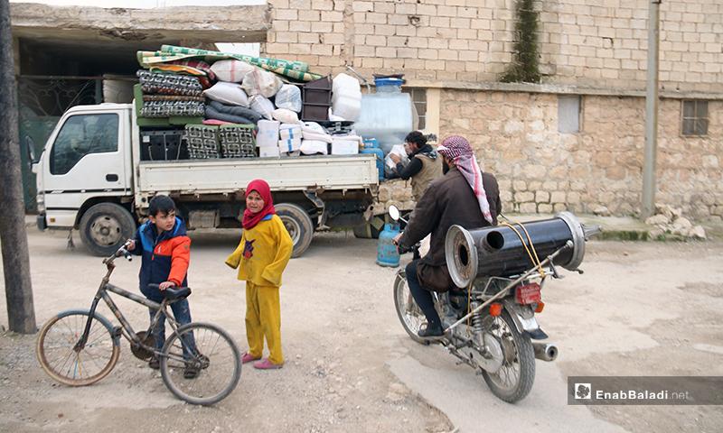 رجل يحمل أثاث منزله على دارجة نارية باتجاه الحدود السورية التركية - 16 من كانون الثاني 2020 - (عنب بلدي)