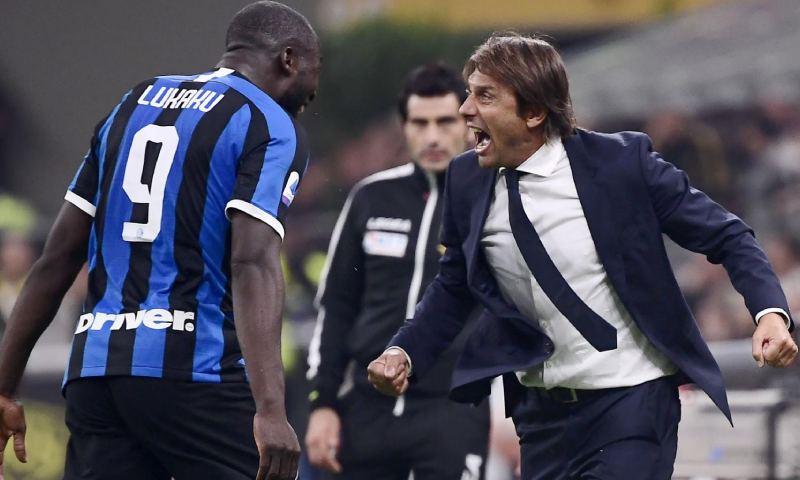 مدرب فريق إنتر ميلان انطونيو كونتي مع لاعبه لوكاكو (AFP)