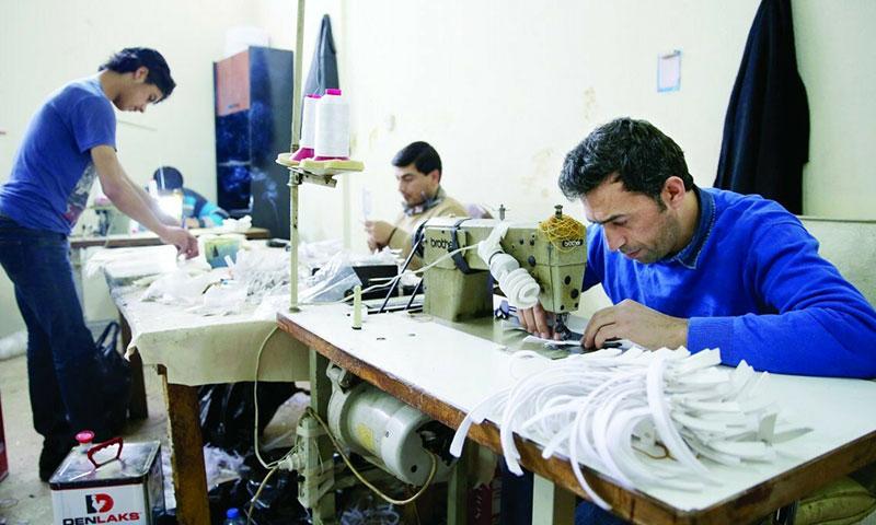 جزء كبير من اللاجئين السوريين في تركيا يعمل في ورش الخياطة (يني شفق)