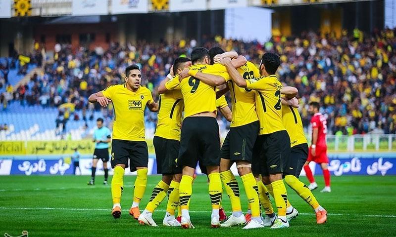 احتفال لاعبي سباهان أصفهان الإيراني بتسجيل هدف في الدوري (تسنيم)
