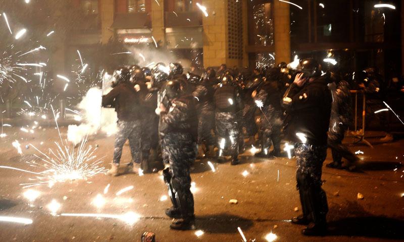 متظاهرون يرمون المفرقعات النارية على قوات االأمن اللبناني -18 كانون الثاني 2020 (TRT)