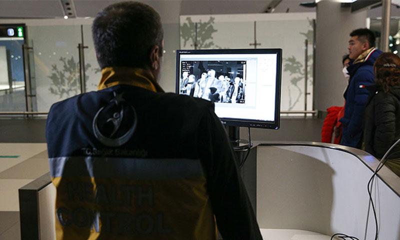 فحص المسافرين القادمين من الصين عبر الكاميرات الحرارية في مطار اسطنبول (الأناضول)