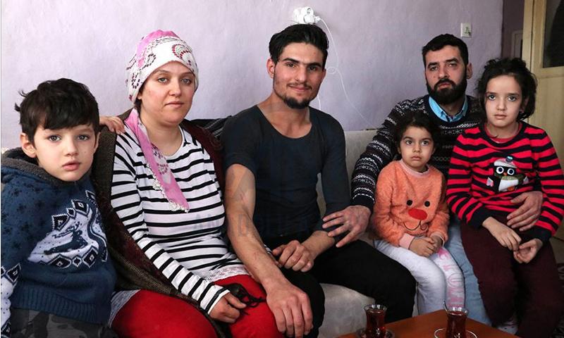 الشاب السوري محمود العثمان التقى السيدة التركية التي أنقذها من تحت الأنقاض (الأناضول)