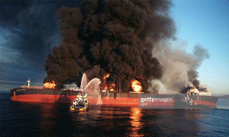 ناقلة نفط تحترق في الخليج العربي خلال الحرب العراقية الإيرانية -1980 (فرانس برس)
