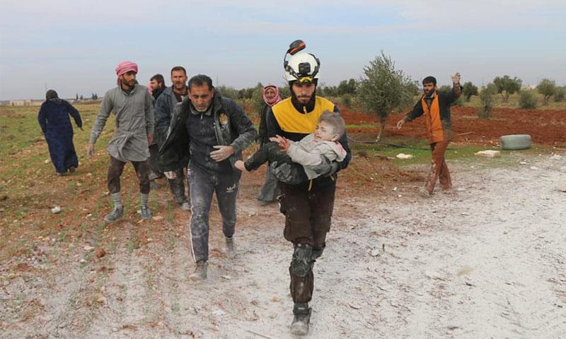 إنقاذ طفلة من قبل عناصر الدفاع المدني إثر قصف لقوات النظام في ريف حلب - 16 كانون الثاني 2020 (الدفاع المدني)