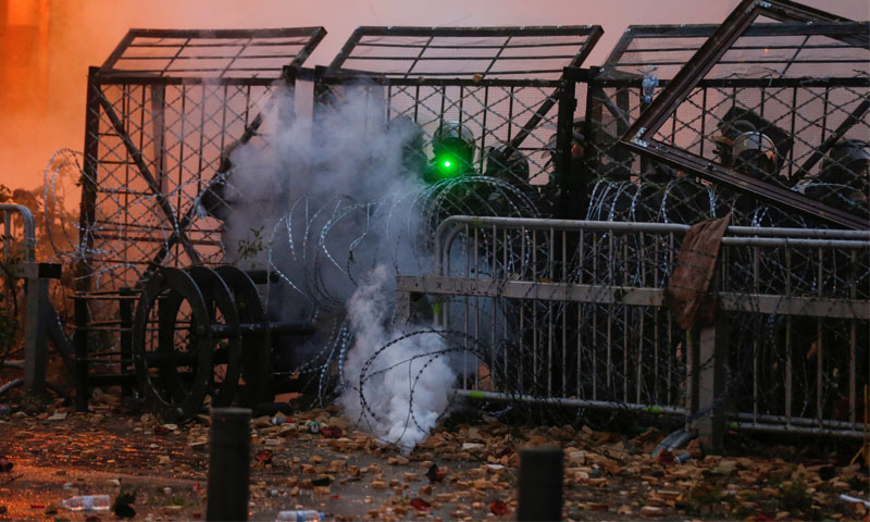 إغلاق قوى الأمن اللبناني بالحواجز الحديدية أحد الطرق خلال مواجهات مع المتظاهرين - 18 كانون الثاني 2020 (TRT)