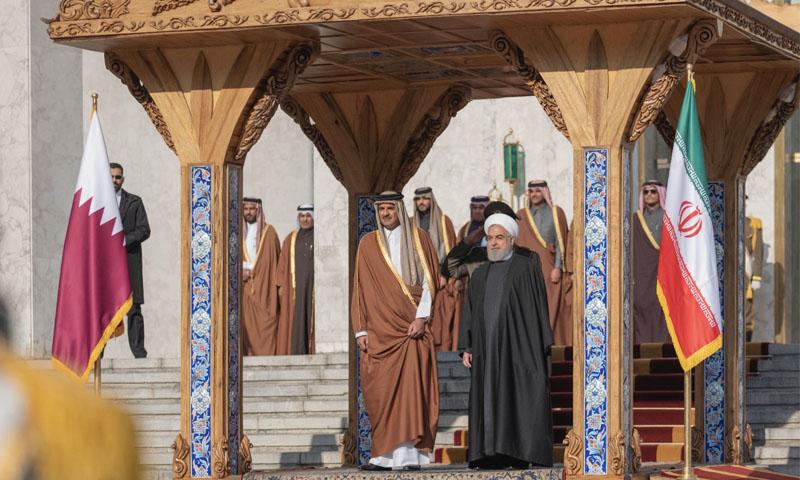 الرئيس الإيراني، حسن روحاني، وأمير دولة قطر، تميم بن حمد آل ثاني، خلال حفل استقبال أمير قطر في طهران -12 كانون الثاني 2020 (وكالة الأنباء القطرية)