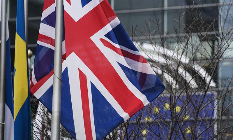 علم الاتحاد الأوروبي والعلم البريطاني أمام مقر البرلمان الأوروبي في بروكسل -23 كانون الثاني 2020 (فرانس برس)