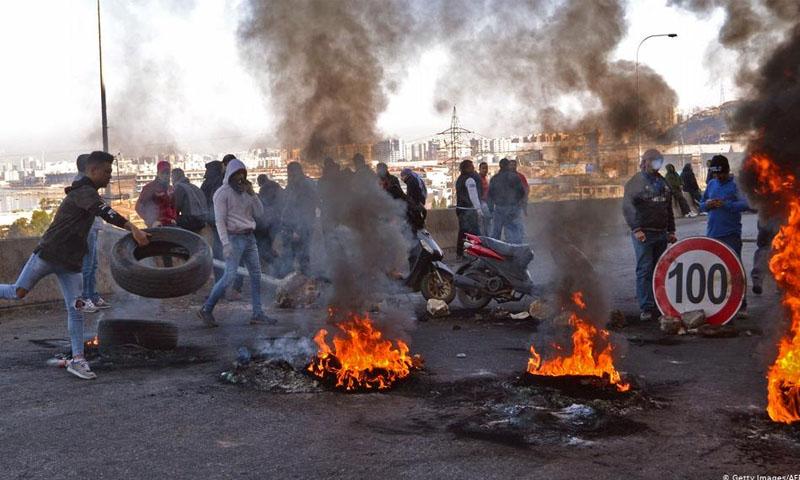 متظاهرون لبنانيون يغلقون الطرقات ردًا على تكليف حسان دياب بتشكيل الحكومة -20 كانون الأول 2019 (فرانس برس)