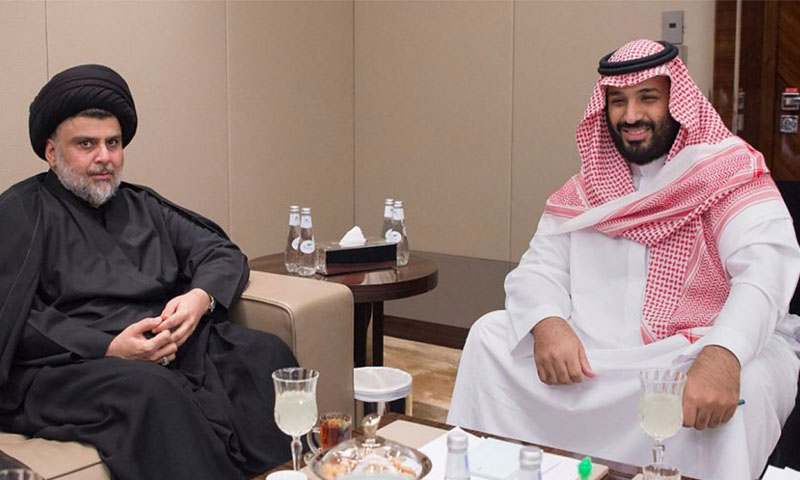 ولي العهد السعودي، محمد بن سلمان، ومقتدى الصدر، خلال زياارة الأخير إلى السعودية في العام 2017 (رويترز)