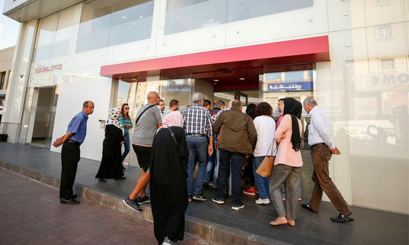 عملاء يصطفون خارج فرع بنك في لبنان -19 تشرين الثاني 2019 (رويترز)