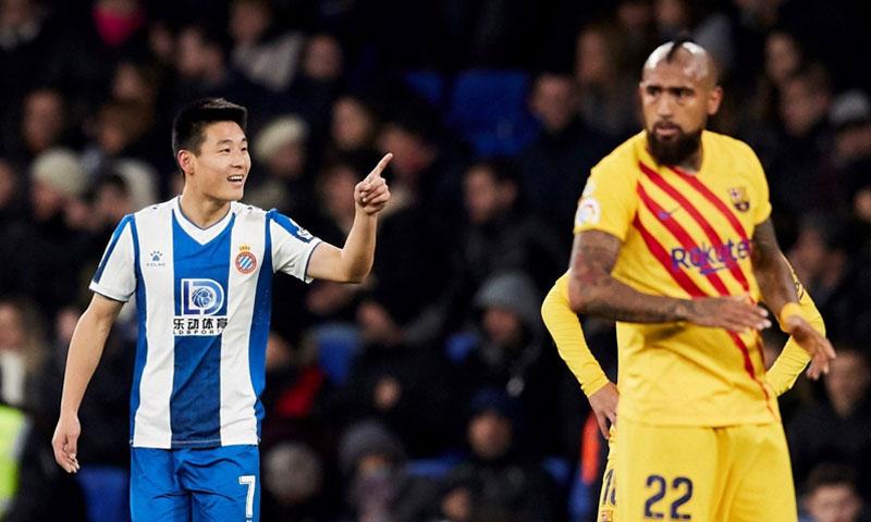 اللاعب الصيني وو لي بعد تسجيله هدف التعادل على برشلونة 4 كانون الثاني 2019 (EPA)