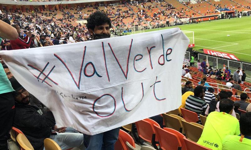 مشجع برشلوني يحمل لافتة أثناء مباراة برشلونة وأتليتكو مدريد كتب عليها فالفيردي أخرج-(Twitter).