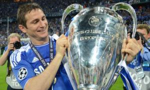 قائد تشيلسي فرانك لامبارد، يرفع كأس دوري أبطال أوروبا-2012 (AFP)