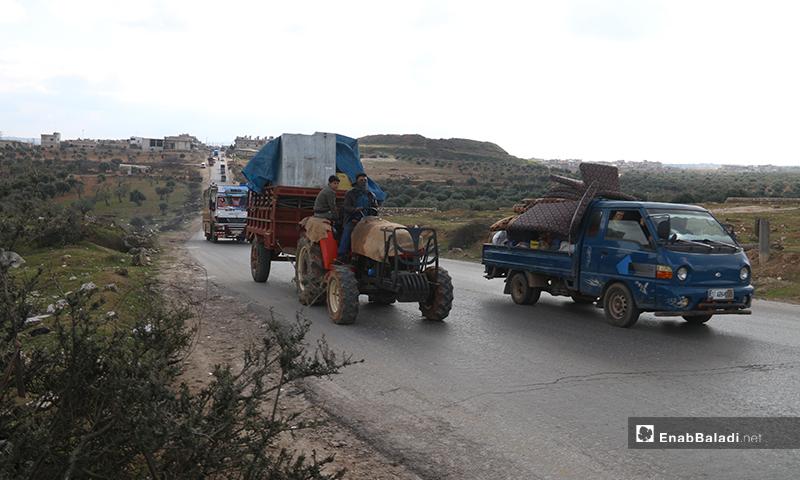 نزوح عائلات من مناطق أريحا وجبل الزاوية في ريف إدلب إلى الحدود السورية التركية - 28 من كانون الثاني 2020 (عنب بلدي)
