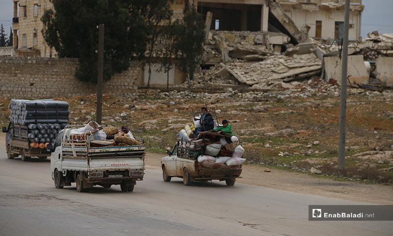 عائلات تنزح من ريف حلب باتجاه المخيمات على الحدود السورية التركية - 16من كانون الثاني 2020 (عنب بلدي)