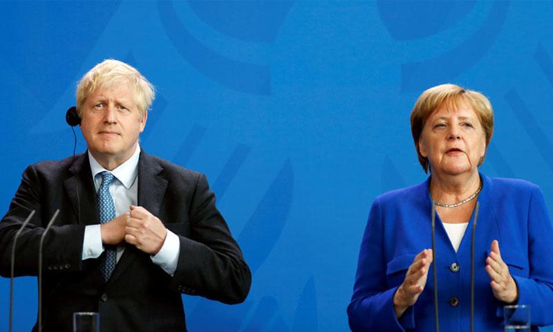 المستشارة الألمانية، أنجيلا ميركل، ورئيس الحكومة البريطانية بوريس جونسون (رويترز)