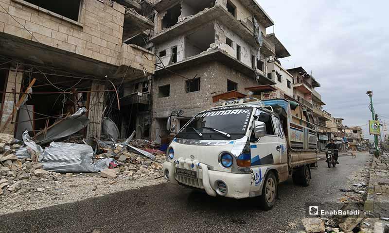 صعد النظام السوري وحليفته روسيا من الحملة العسكرية على ريف إدلب الجنوبي، منذ منتصف كانون الأول الماضي، مجبرين نحو 300 ألف شخص على مغادرة ديارهم والنزوح شمالًا إلى المخيمات المزدحمة، والأراضي الطينية الباردة.