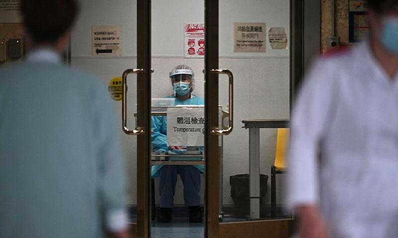 عامل صحي يقوم بفحص حرارة المرضى في مستشفى بهونغ كونغ الثلاثاء 4 شباط 2020 - (وكالة فرانس برس)
