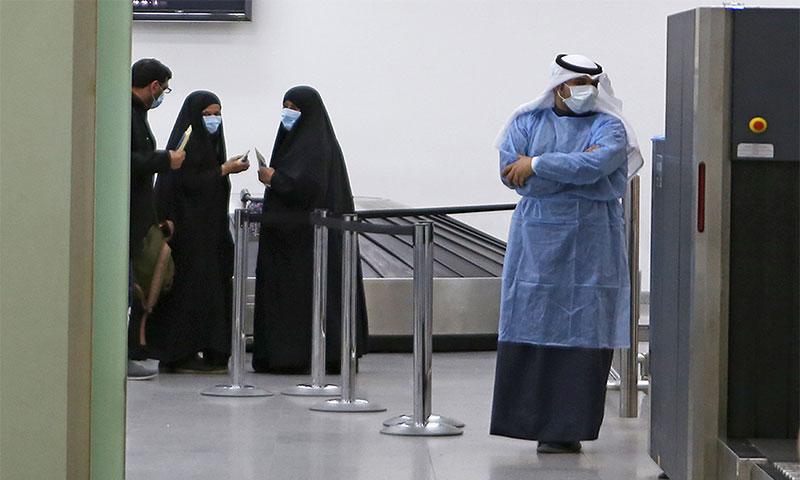 """احترازات صحية لمواجهة انتشار فيروس """"كورونا المستجد"""" في مطار الكويت الدولي في 22 من شباط لعام 2020 - (سي إن إن)"""