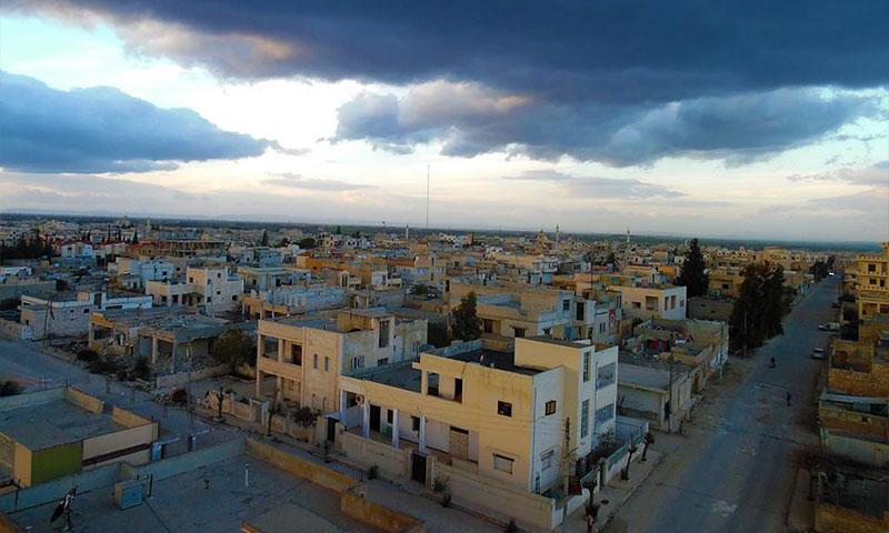 مدينة سراقب من سقف أحد مباني المنطقة 31 من كانون الثاني 2015 - (صفحة عدسة شاب سراقبي - فيس بوك)