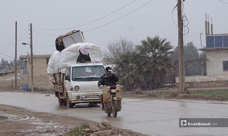 نزوح الأهالي من ريف حلب الغربي إلى ريف حلب الشمالي بالقرب من الحدود السورية التركية - 12 من شباط 2020 (عنب بلدي)