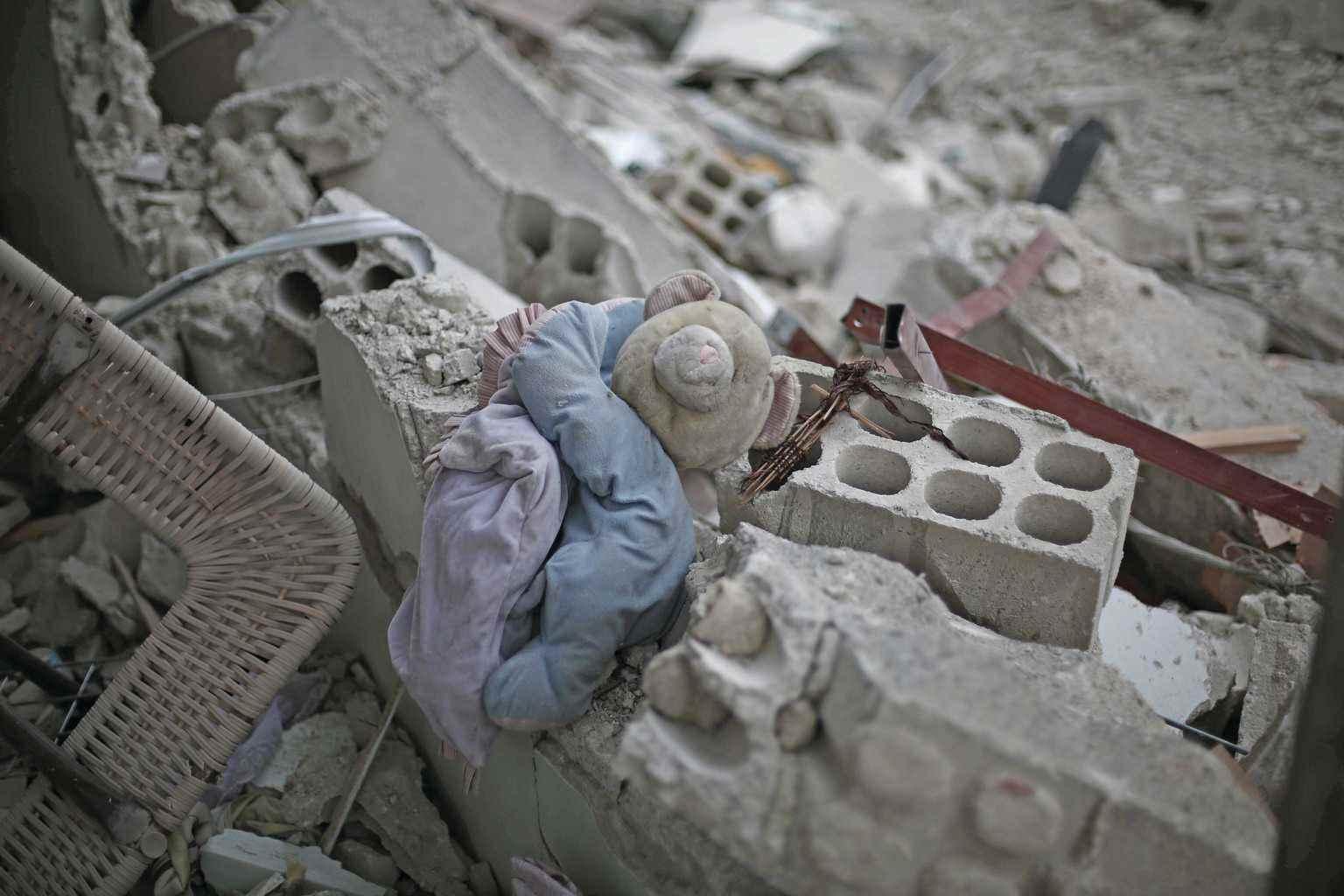 دمية طفل تحت أنقاض مبنى مدمر في الغوطة الشرقية، بريف دمشق- تشرين الأول 2015 (يونيسيف)