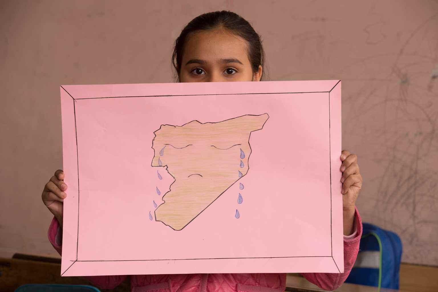 """قالت حنين، البالغة من العمر 11 عامًا، من خلال رسمتها""""سوريا حزينة لأن شعبها يقتل بعضهم بعضًا""""- كانون الأول 2016 (يونيسيف)"""