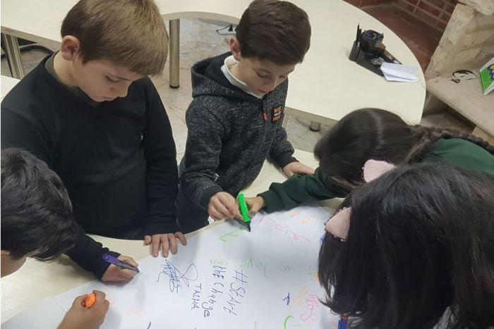 الأطفال اللاجئون وهم يرسمون لوحاتهم التي عبروا من خلالها عن تضامنهم مع ضحايا حرائيق أستراليا- 12 من شباط (CARE)