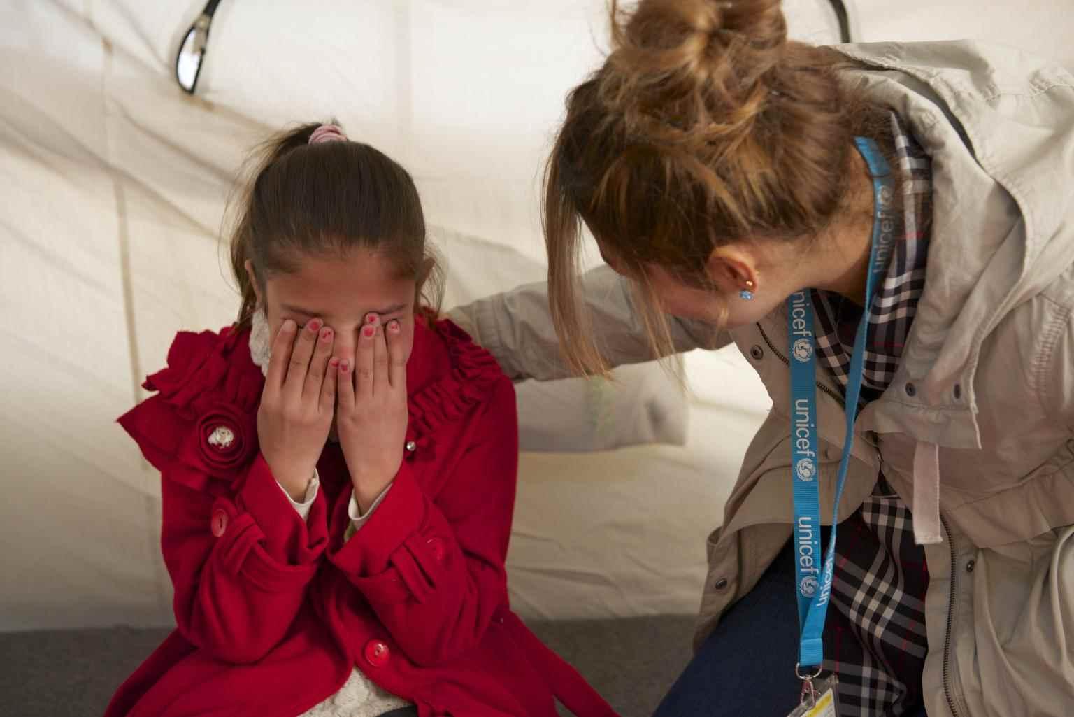 """صفاء، التي كانت تبلغ من العمر 12 عامًا، تبكي وهي تخبر أحد موظفي """"يونيسف"""" عن رحلة عائلتها المرعبة من منزلهم في محافظة الحسكة شمال شرقي سوريا إلى مخيم اللاجئين السوريين غرب أربيل العراقية، قالت صفاء """"إنه لأمر محزن لكنه لن يمنعني""""- كانون الأول 2013 (يونيسيف)"""