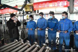 """عمال صينيون يتدربون على الوقاية من فيروس """"كورونا"""" شرق الصين يوم الأحد 9 من شباط 2020 - (وكالة شينخوا)"""