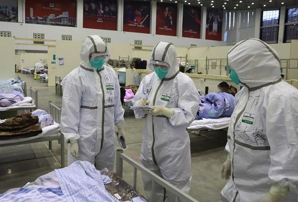 """العاملون الطبيون يعملون في """"ووهان ليفينغ روم"""" في ووهان بمقاطعة هوبى بوسط الصين -8 شباط 2020 (Xinhua)"""