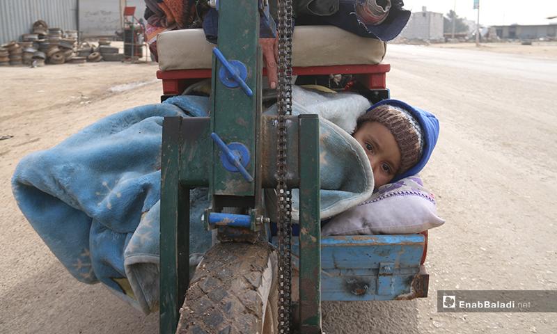 نزوح الأهالي من منطقة الأتارب غربي حلب نتيجة تقدم قوات النظام والقصف المكثف لقوات النظام على المنطقة - 11 شباط 2020 (عنب بلدي)