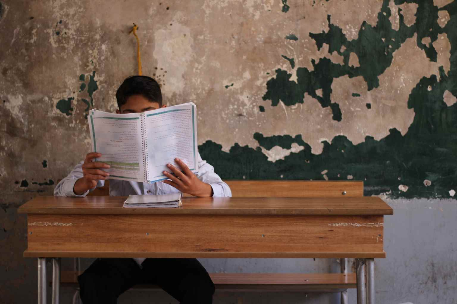 """في جميع أنحاء سوريا، انطلق 10 آلاف طفل وطفلة في رحلة لحضور امتحاناتهم، ومشوا لساعات، عابرين خطوط النزاع وحقول الألغام من أجل الوصول إلى مراكز الامتحانات. وبحسب """"يونيسيف""""، كان على الكثير منهم التسلل من نقاط التفتيش المسلحة، بينما صعد آخرون الجبال للحصول على إشارة الإنترنت لتحميل الكتب ليحضروا من أجل للامتحانات- آيار وحزيران 2017(يونيسيف)"""