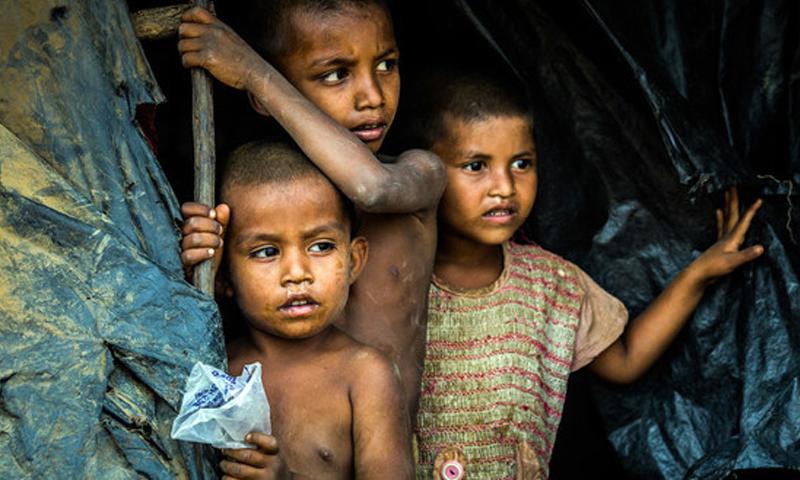 أولاد صغار من جماعة الروهينجا يقفون في مأوى في مخيم هاكيمبارا في كوكس بازار، بنغلاديش (الأمم المتحدة)