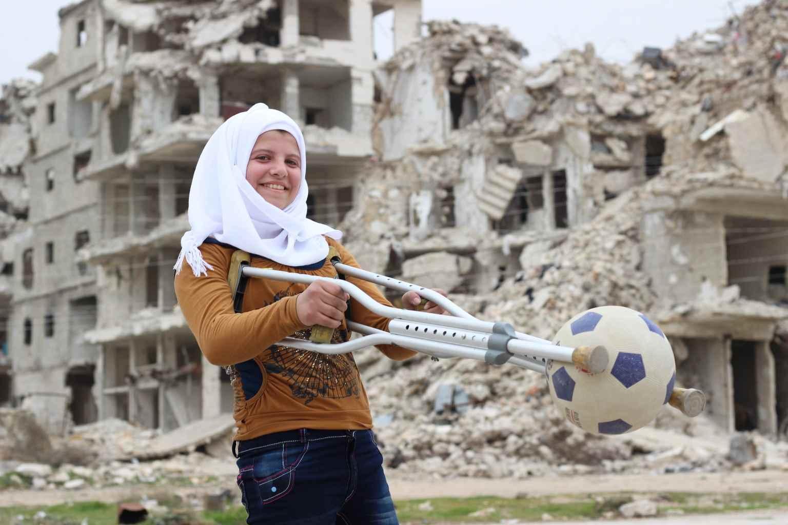 فقدت سجا أربعة من أفضل أصدقائها (فاطمة وزهرة وسيدرا وولاء)، في هجوم بقنبلة شرقي حلب.  فقدت ساقها جراء الهجوم أيضًا، لكنها لم تفقد حلمها بأن تكون لاعبة جمباز أبدًا.  تحلم سجا بمشاركة ولو ليوم واحد في الألعاب الأولمبية الخاصة، إنها تمارس القلب الهوائي يوميًا في غرفتها الصغيرة- آذار 2017 (يونيسيف)