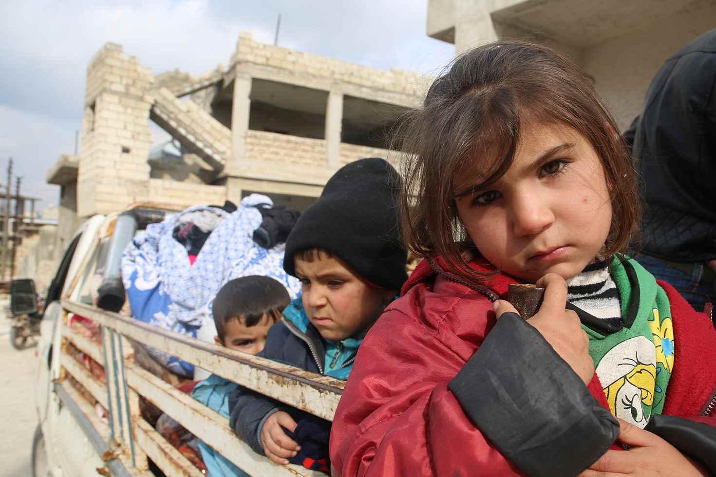 أطفال على ظهر شاحنة  أثناء فرار العائلات من سراقب وأريحا هربًا من التصعيد العسكري في المنطقة- كانون الثاني 2020 (يونيسيف)