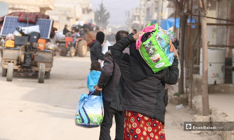 نزوح الأهالي من منطقة الأتارب غربي حلب مشيًا على الأقدام نتيجة تقدم قوات النظام والقصف المكثف لقوات النظام على المنطقة - 11 شباط 2020 (عنب بلدي)