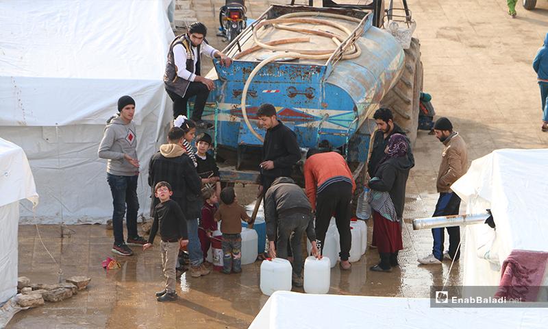 مايقارب 175 عائلة مهجرة من ريفي إدلب وحلب يتخذون من باحة مدرسة مدمرة في قرية قبتان شرقي مدينة اخترين في حلب-19 من شباط (عنب بلدي)