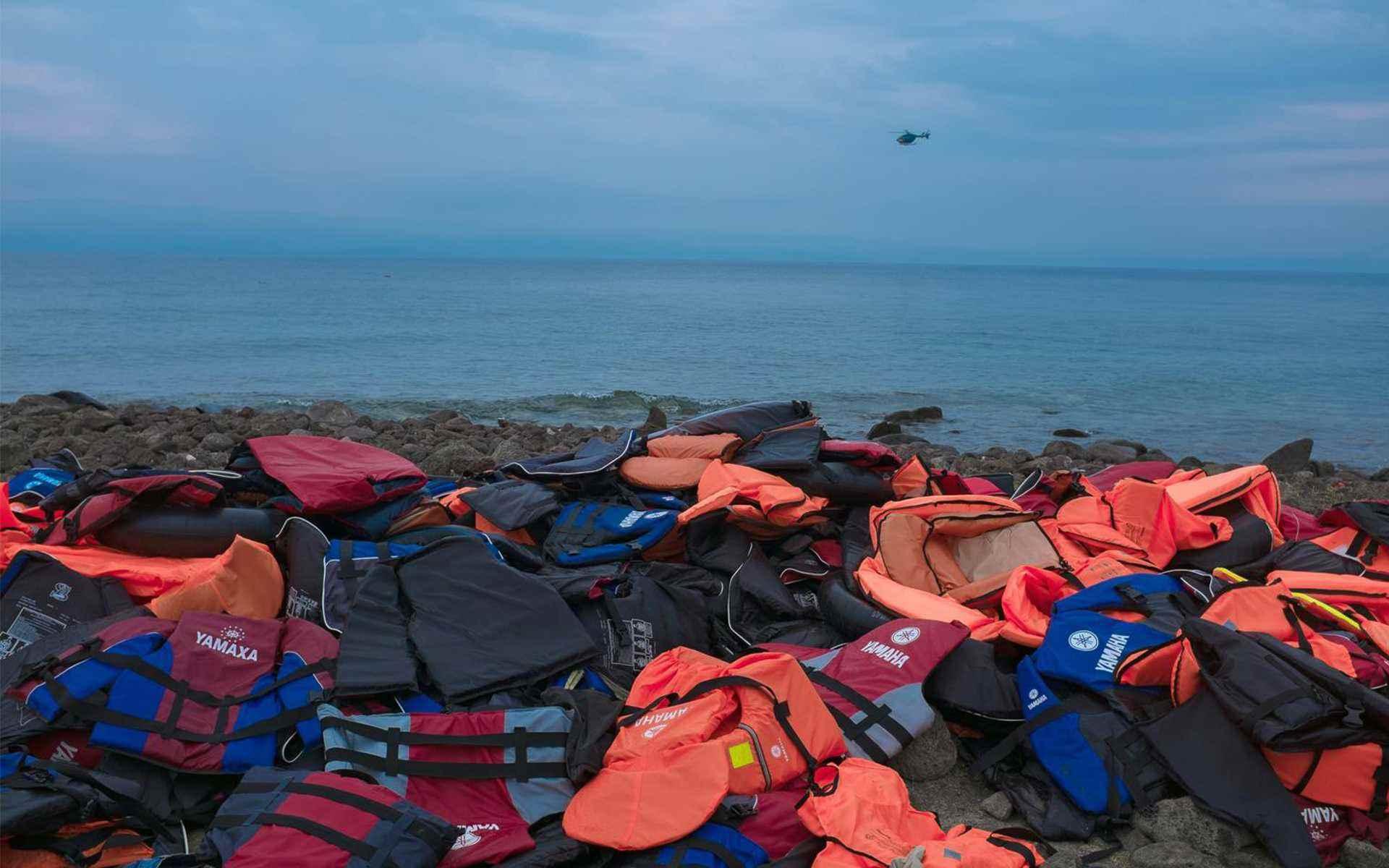 """سترات النجاة التي تصطف على الشاطئ بالقرب من بلدة ميثيمنا، في جزيرة ليسبوس اليونانية. وبحسب """"يونيسيف""""، يُقدر أن أكثر من ثلاثة آلاف لاجئ ومهاجر ماتوا وهم يعبرون البحر الأبيض المتوسط- أيلول 2015 (يونيسيف)"""