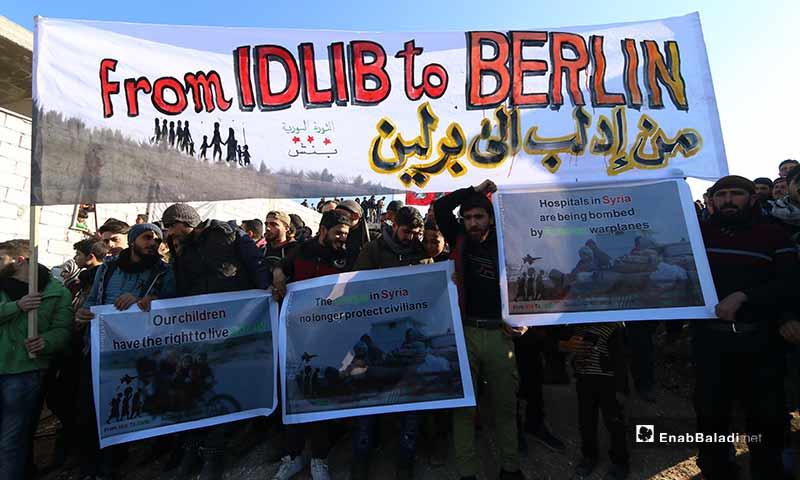 متظاهرون سوريون في حملة من إدلب إلى برلين على الحدود السورية التركية - 2 شباط 2020 (عنب بلدي)