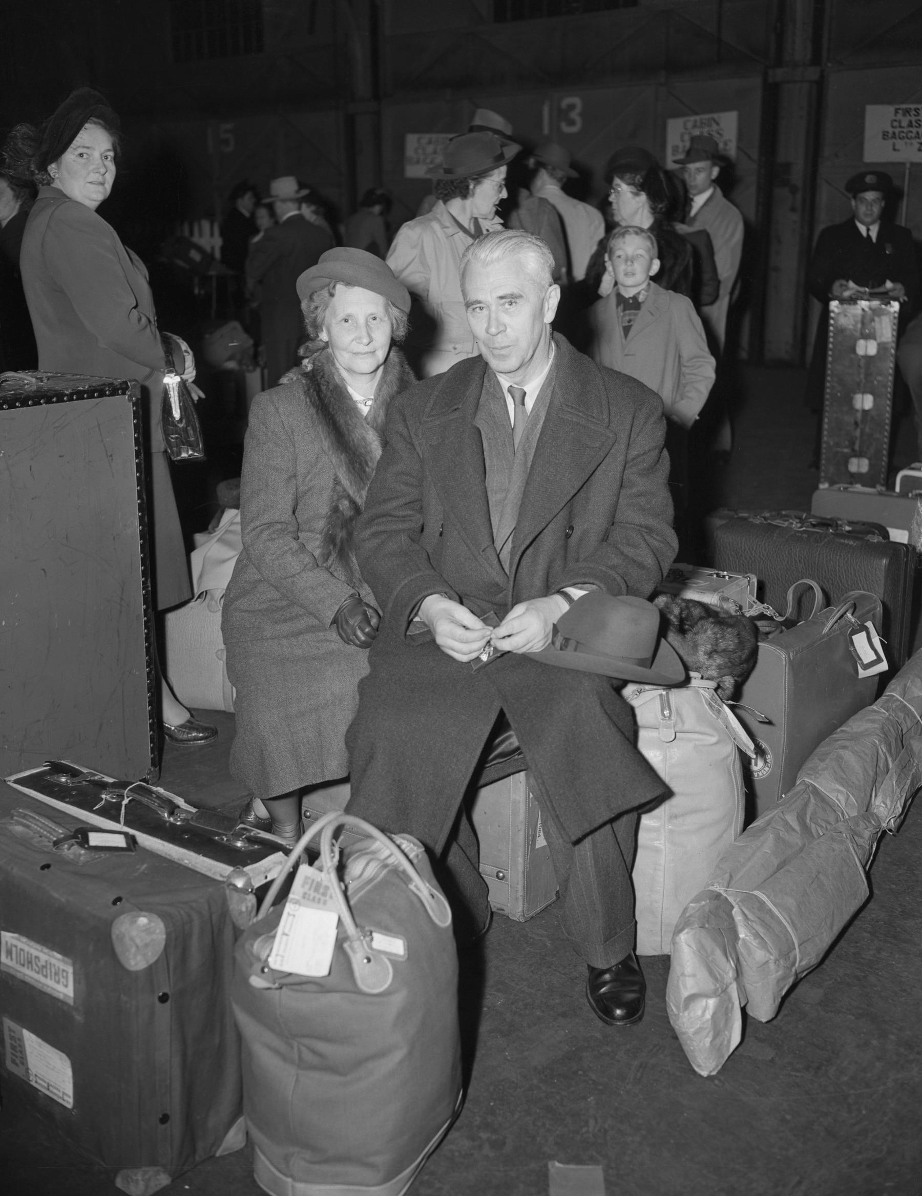 منشأ شركة كريبتو بوريس هاجلين وزوجته عندما وصلو إلى نيويورك في عام 1949 (Bettmann Archive)