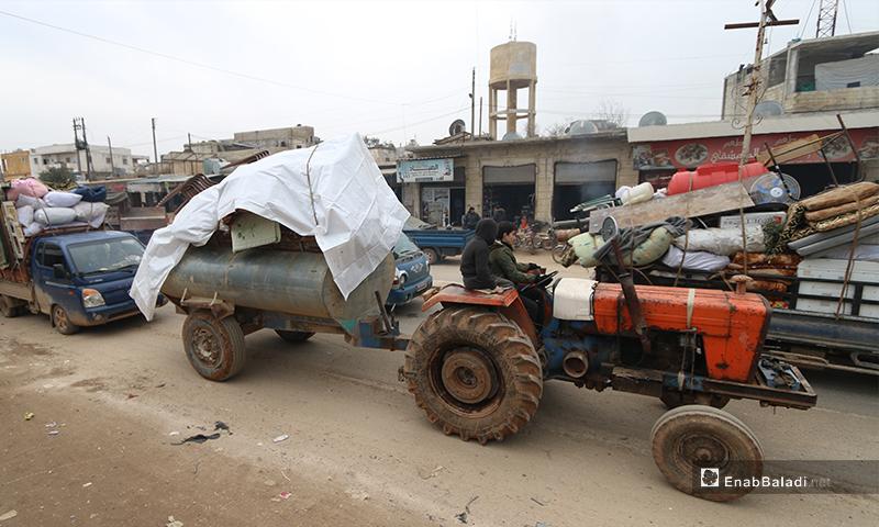مئات المركبات المحملة بالنازحين تتجه من ريف إدلب الشرقي إلى الحدود التركية 4 شباط 2020 (عنب بلدي)